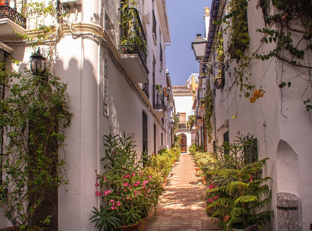 Pittoresk straatje in het oude centrum van Marbella, Andalusië.