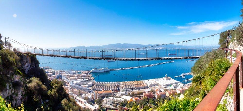Indrukwekkend panoramisch uitzicht op de Windsor-hangbrug met de haven van Gibraltar, Andalusië en de baai van Algeciras op de achtergrond.