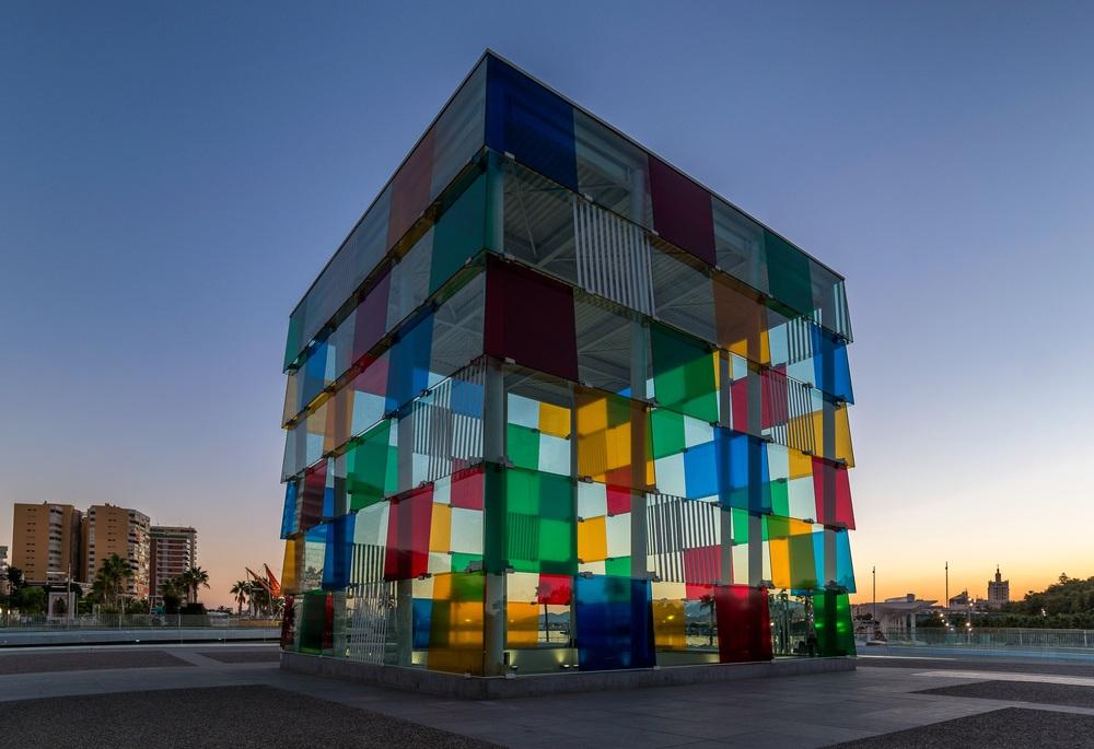 Het kleurrijke Centre Pompidou Kunstmuseum aan de boulevard van Malaga, Andalusië, Spanje.