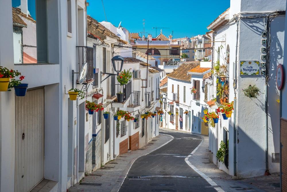 Een typische straat in de oude stad Estepona met kleurrijke bloempotten. Estepona, Andalusië, Spanje.