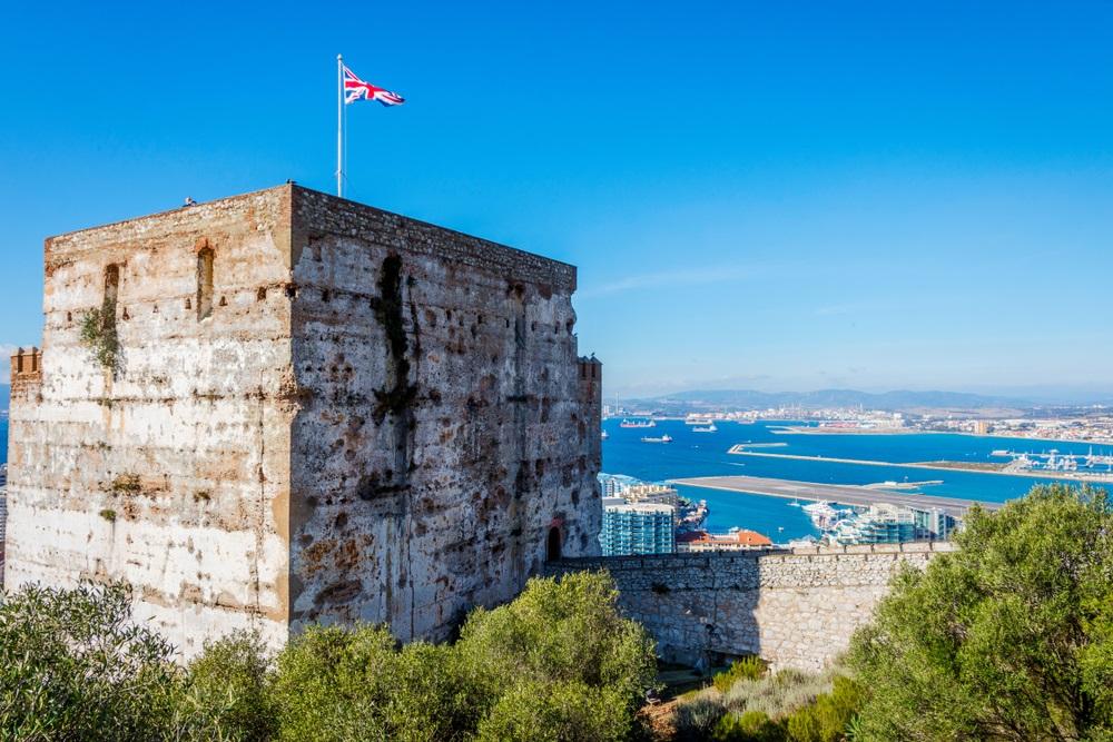 Uitzicht op Moors kasteel in Gibraltar, Spanje met de Britse vlag.