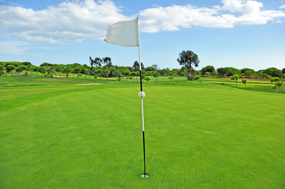 Hole en vlag in golfbaan, golf in Andalusië, Spanje.