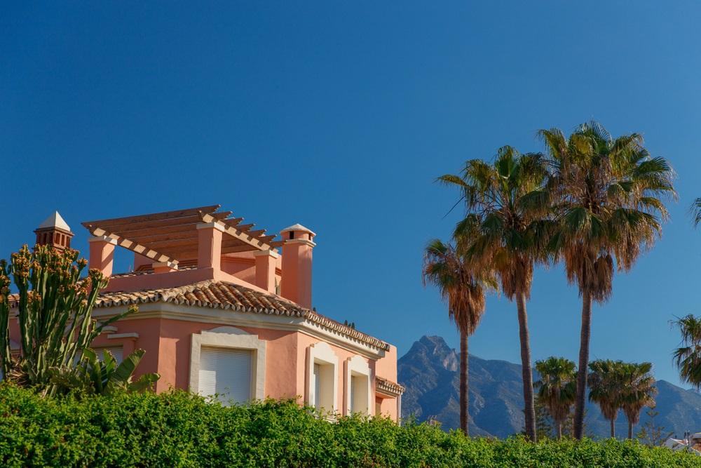 Luxe eigendom, appartementen aan het strand met prachtige blauwe luchten, palmbomen met tuinen en uitzicht op zee en het strand. Vakantie woning in Spanje aan de Costa del sol.