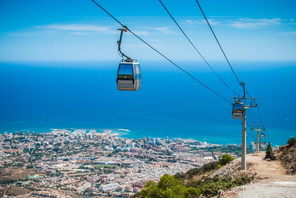 Spanje Andalusië Benalmádena teleferico, vanaf de top van Calamorro met stad en kustlijn op de achtergrond.