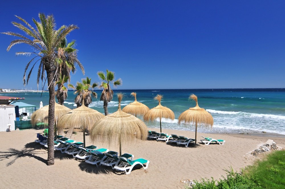 Strand in de populaire badplaats Marbella in Spanje, Costa del Sol, regio Andalusië, provincie Malaga.