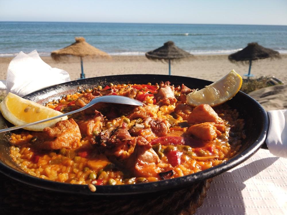 traditionele Spaanse kippenpaella op het strand met uitzicht op zee in Marbella, Spanje.