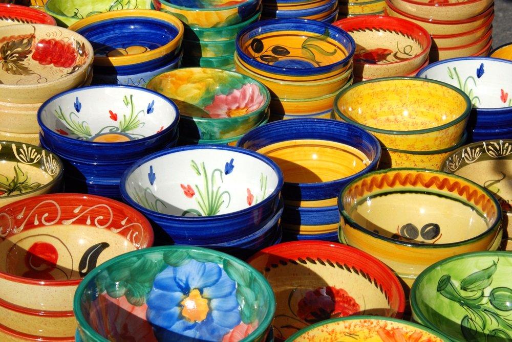 Keramische producten op de straatmarkt, Fuengirola, Costa del Sol, provincie Malaga, Andalusië, Spanje.