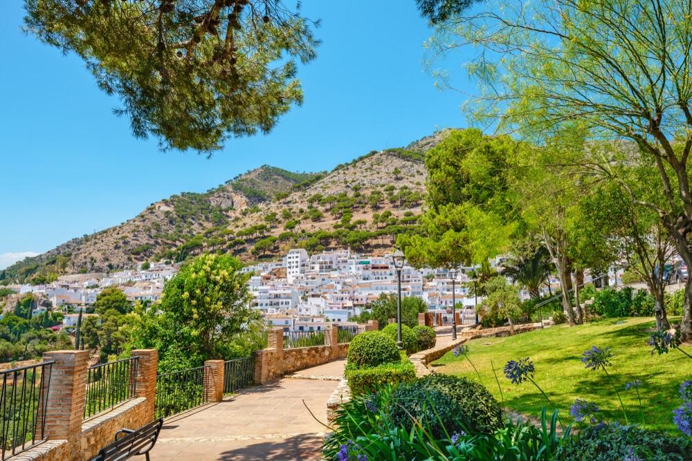 Openbaar park (Parque La Muralla) van het witgekalkte dorp Mijas. Andalusië, Spanje, Europa.