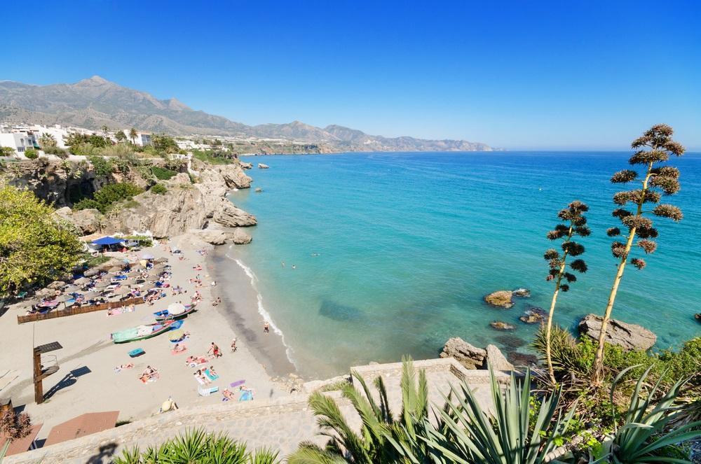 Strand van Nerja, beroemde toeristische stad aan de Costa del Sol, Malaga, Andalusië, Spanje.