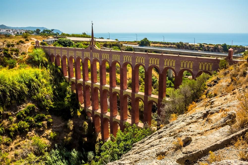 Een zicht op de voorkant van het majestueuze, vier verdiepingen tellende, adelaars-aquaduct met de Mudejar-decoratie in de buurt van Nerja, Spanje.