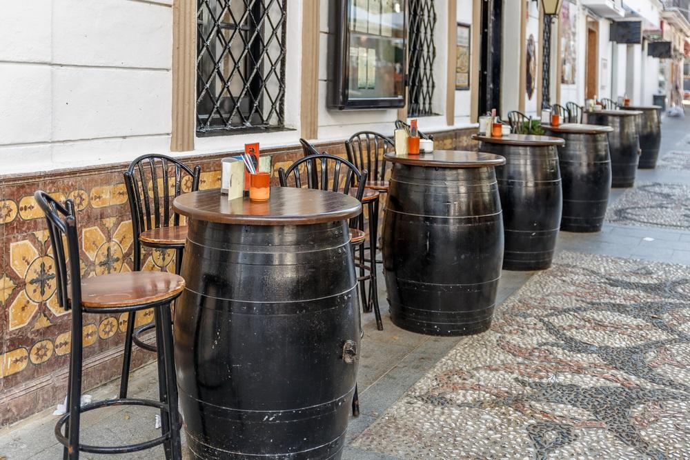 Typisch Spaanse bar met eikenhouten vaten aan de buitenkant, om tapas en biertjes in te nemen. Nerja, Andalusië, Spanje.