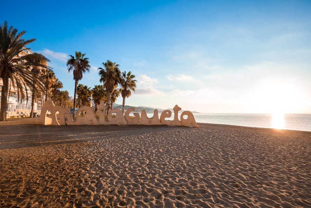 Het stadsstrand van Malaga; Playa de la Malagueta bij zonsondergang.