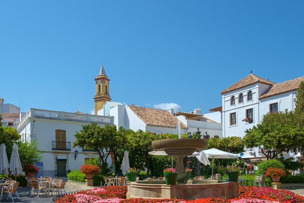 Het kleurrijke Plaza de las Flores in het centrum van Estepona, Spanje.