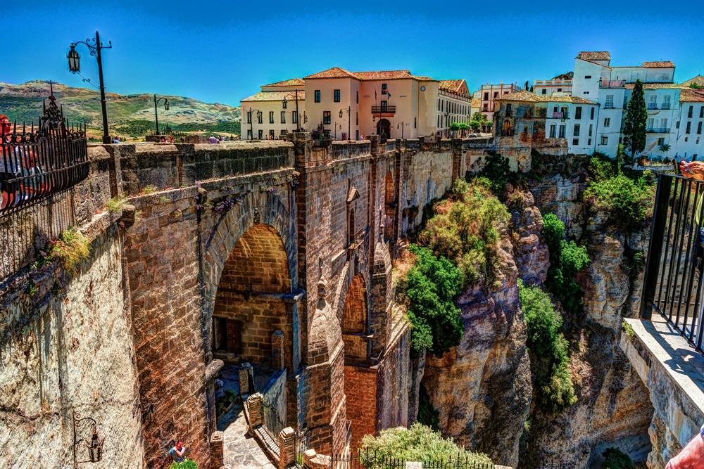 De Puente Nuevo en de Tajo Kloof die de twee gedeelten van de stad met elkaar verbind. Ronda, Andalusië, Spanje.