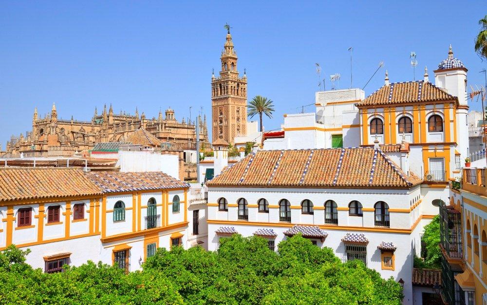 Het oude centrum van Sevilla met op de achtergrond de beroemde Kathedraal. Andalusië. Spanje.
