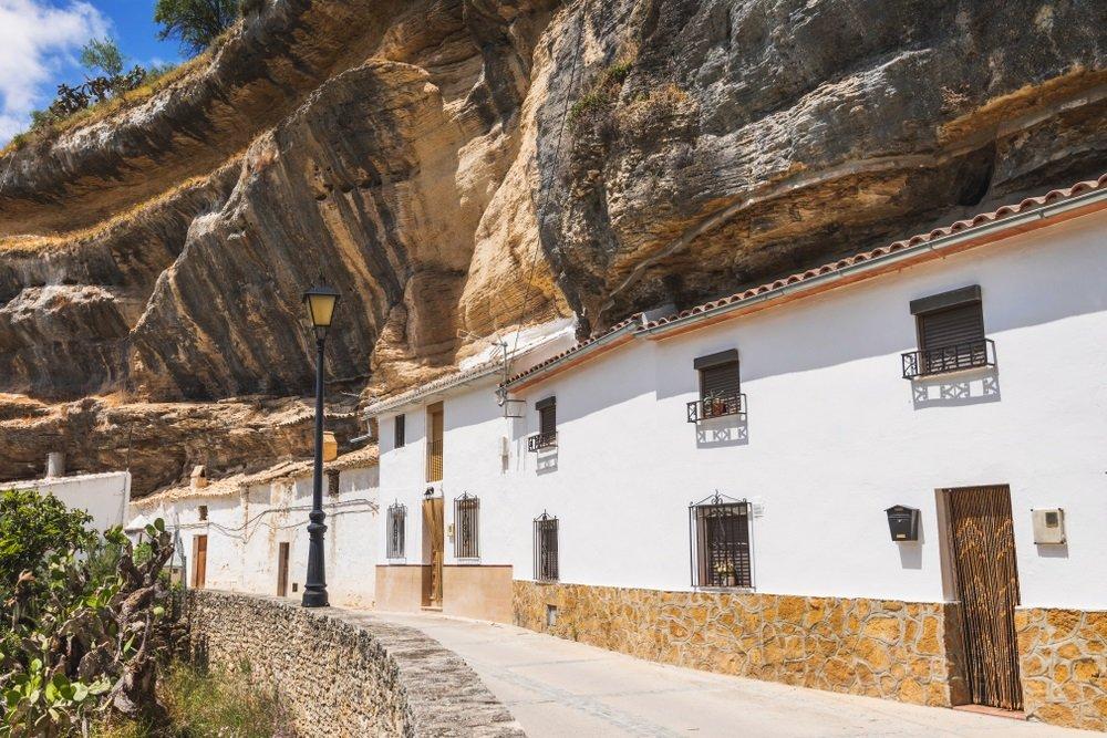 Rotswoningen in het centrum van Setenil de las Bodegas, Spanje, Andalusië.