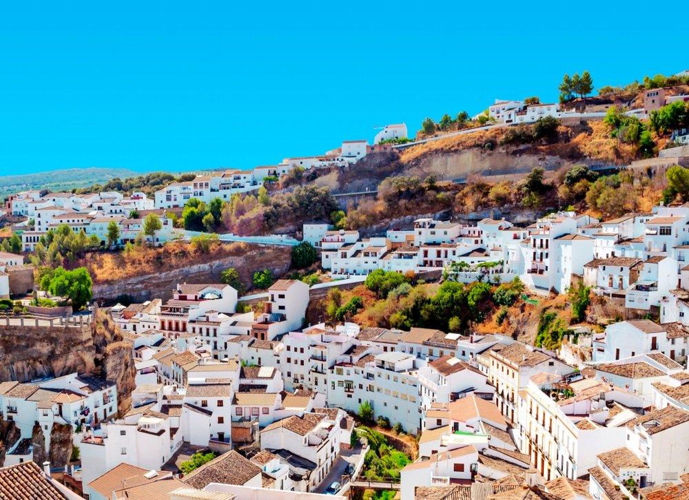 Setenil de las Bodegas, uitzicht over het centrum. Spanje, Andalusië.