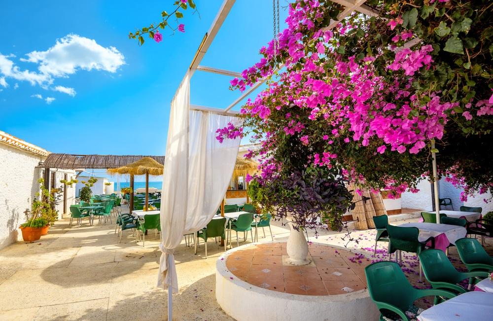 Binnenplaats van kustcafé in Torremolinos. Provincie Malaga, Costa del Sol. Andalusië, Spanje.