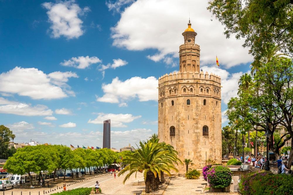 De Torre del Oro wat zich vertaalt naar Toren van Goud - historisch monument uit de XIII eeuw in Sevilla, Andalusië, Spanje.