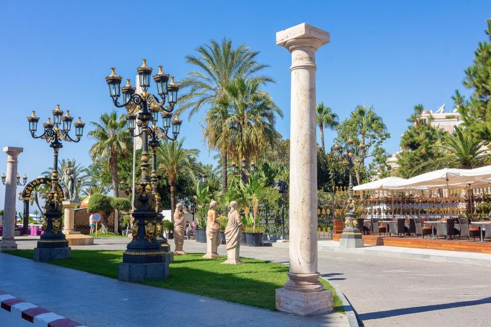 Mooie en luxueus versierde straten van de stad Puerto Banus, Malaga Spanje.