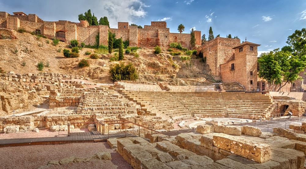 Uitzicht op het oude Romeinse amfitheater en het fort Alcazaba in Malaga. Malaga. Costa del Sol. Andalusië. Spanje.