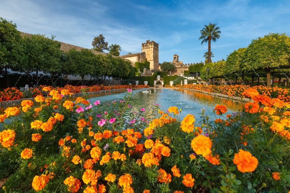Bloeiende tuinen en fonteinen van Alcazar de los Reyes Cristianos, koninklijk paleis van de cristiaanse koningen, in Cordoba, Andalusië, Spanje.