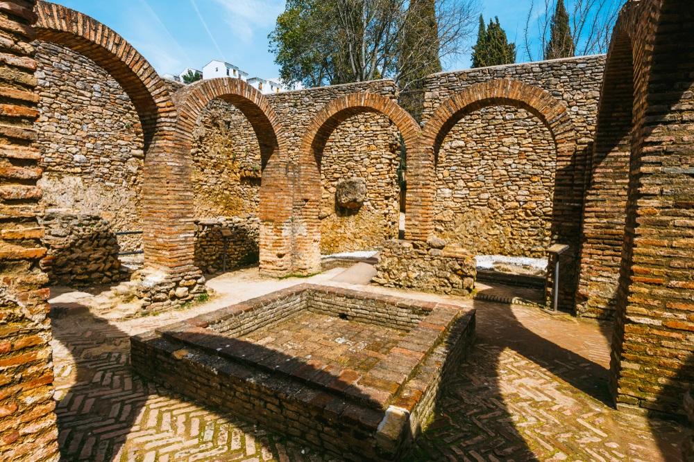 De ruïnes van de Arabische baden in de stad Ronda, Andalusië, Spanje.