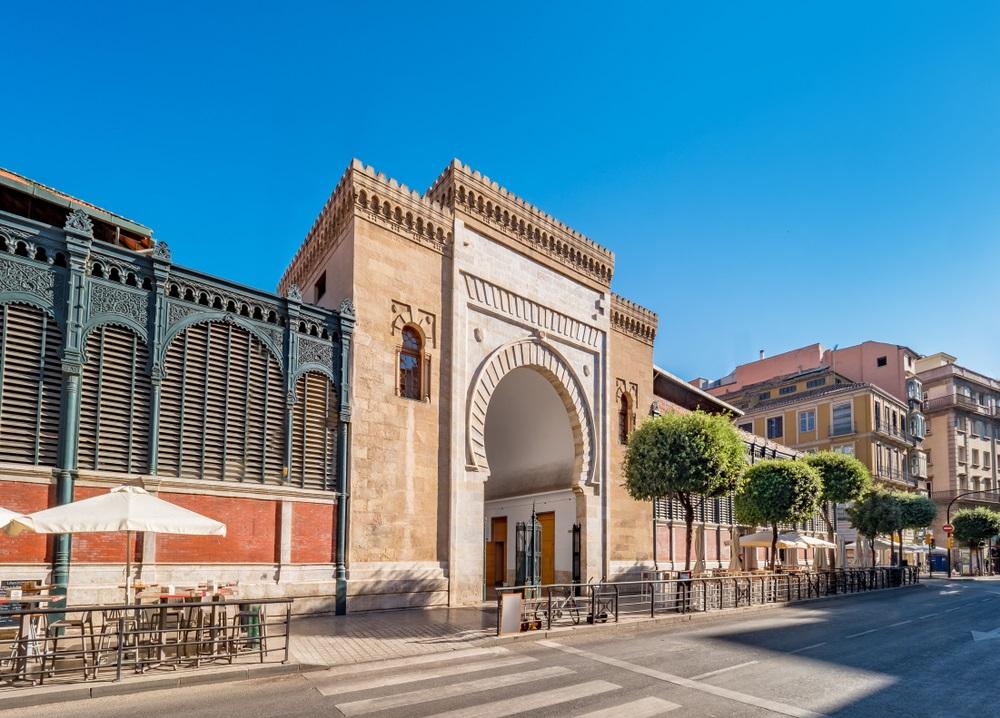 Panoramisch uitzicht op de Arabische marmeren boog, ingang van de Atarazanas-voedselmarkt in het historische centrum van de stad Malaga, Spanje.