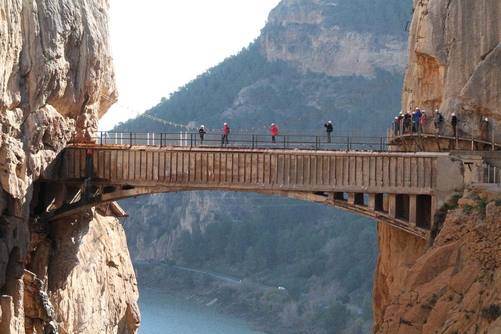 Foto van Caminito del Rey, een pad met een ongelooflijk landschap, met superhoge rotsen. Wandeltour Andalusië.