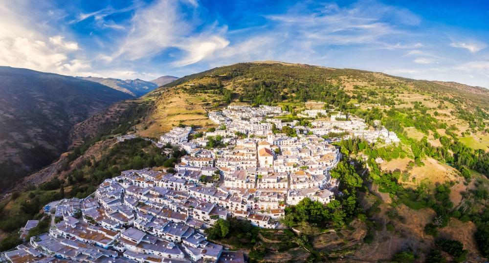 Capileira; prachtig wit dorp in las Alpujarras. Andalusië, Sierra Nevada, Spanje.