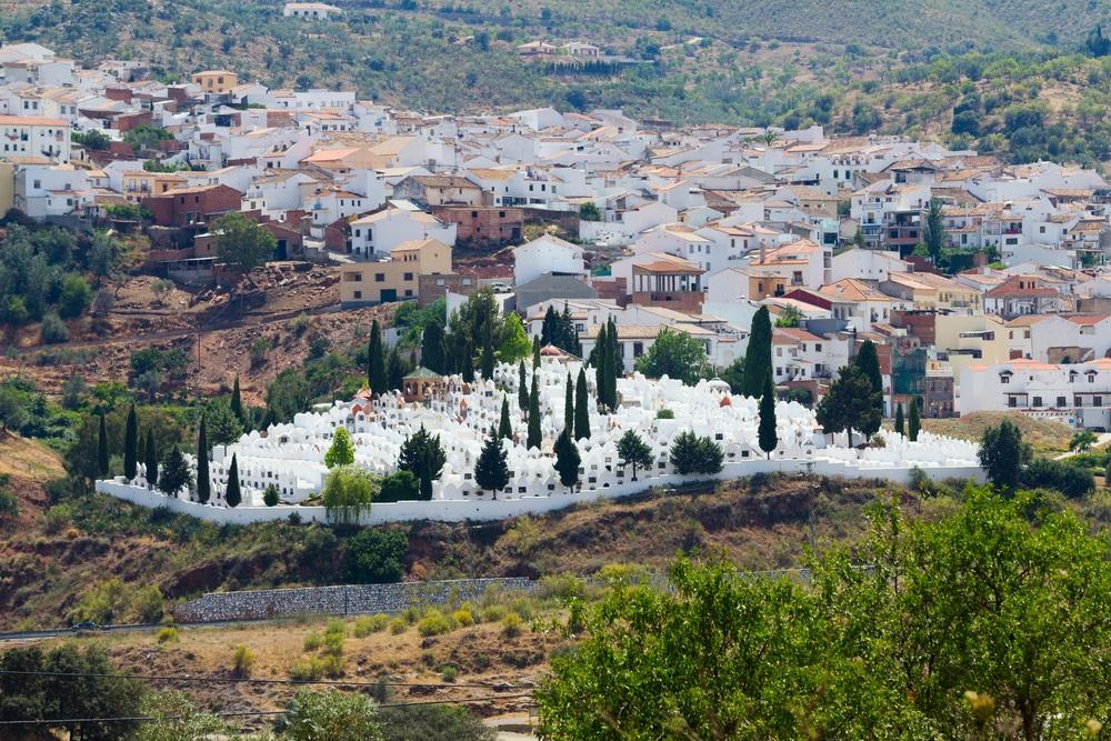 Het stadje Casabermeja met zijn indrukwekkende begraafplaats. Montes de Malaga, Spanje.