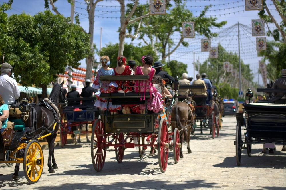Paardenkoetsen rijden tijdens Feria de Marbella, Andalusië, Spanje.