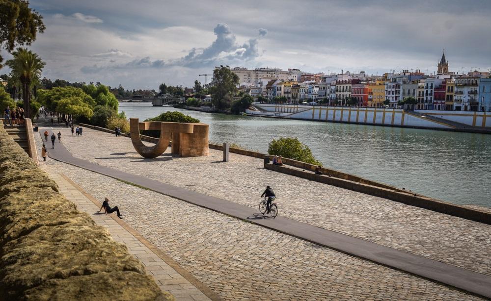 """Fietser rijd door Sevilla tijdens een themareis """"Steden"""". Fietsvakantie, Andalusië, Spanje."""