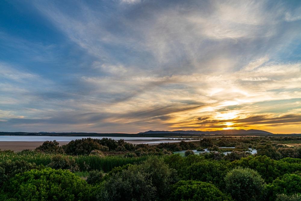 Prachtige zonsondergang vanuit het gezichtspunt van het bezoekerscentrum van de Laguna de Fuente de Piedra, Andalusië, Spanje.