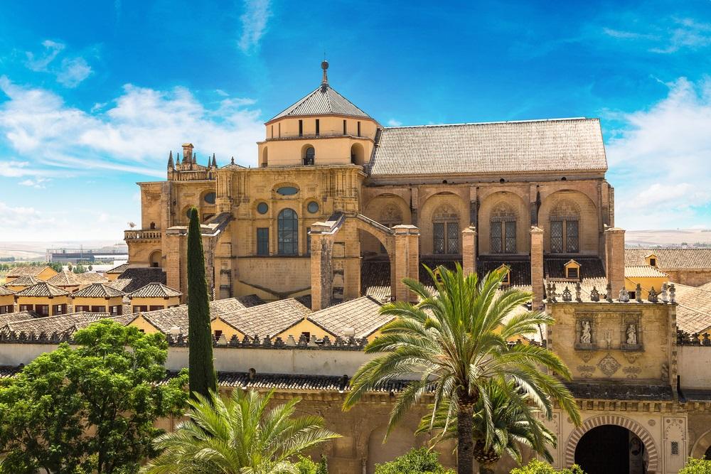 Panoramisch uitzicht op de Grote Moskee (Mezquita Kathedraal) in Cordoba in een mooie zomerdag, Spanje, Andalusië.