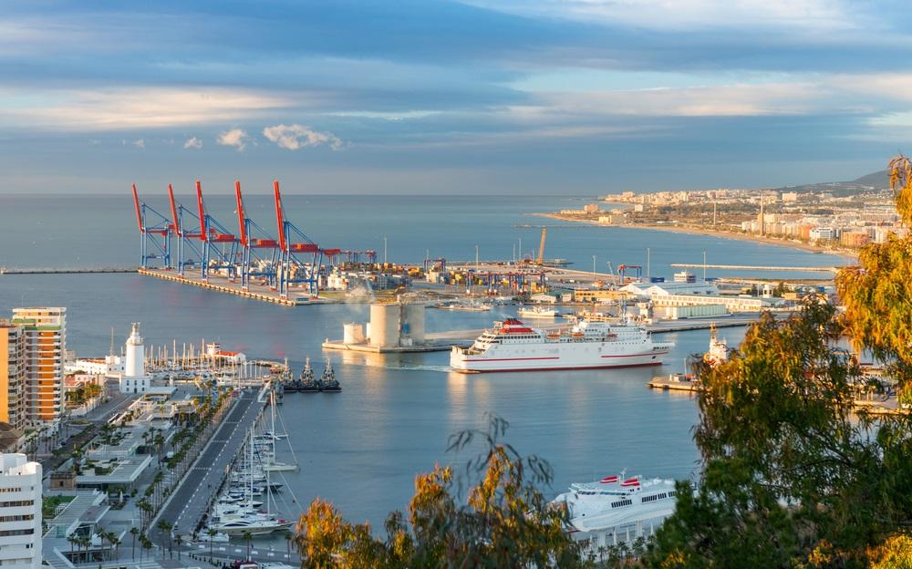 De haven van Malaga, vanaf een heuvel. Malaga, Spanje, Andalusië.