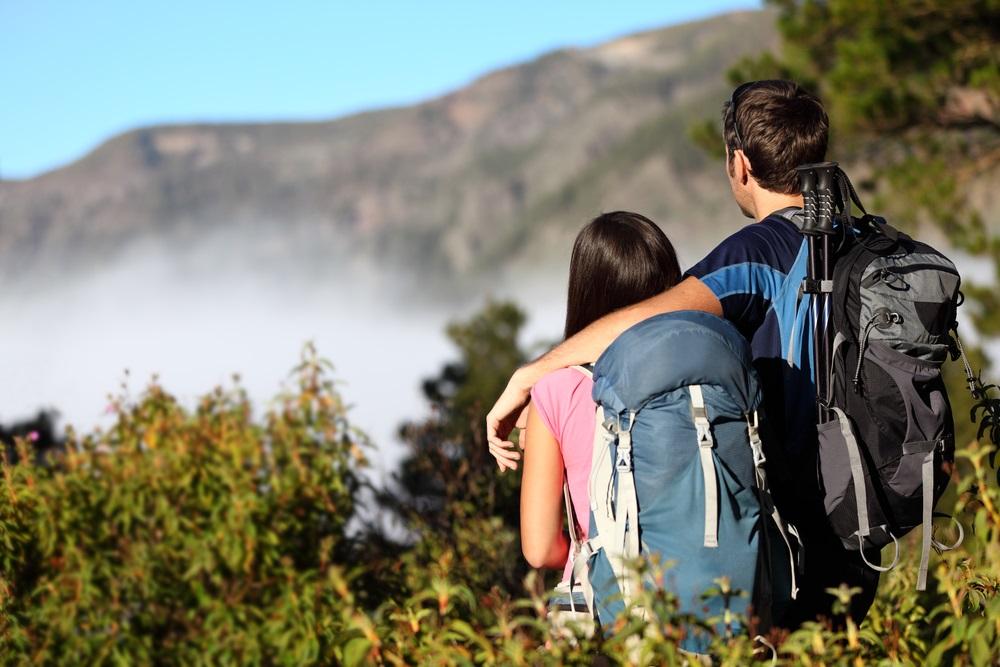 Koppel rust uit tijdens een hike in Montes de Malaga. Spanje, Andalusië.