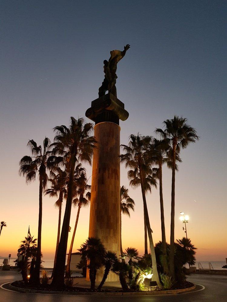 Standbeeld La Victoria Puerto Banus, Andalusië, Spanje, bij zonsopgang.