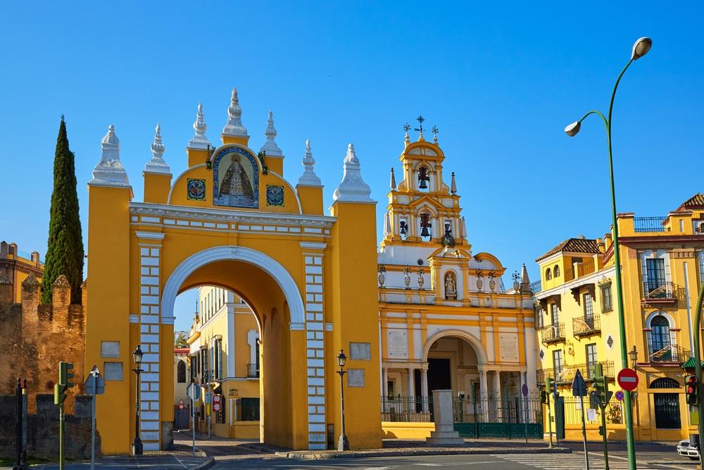 Puerta de la Macarena en Basiliekkerk in Sevilla Andalusië Spanje.