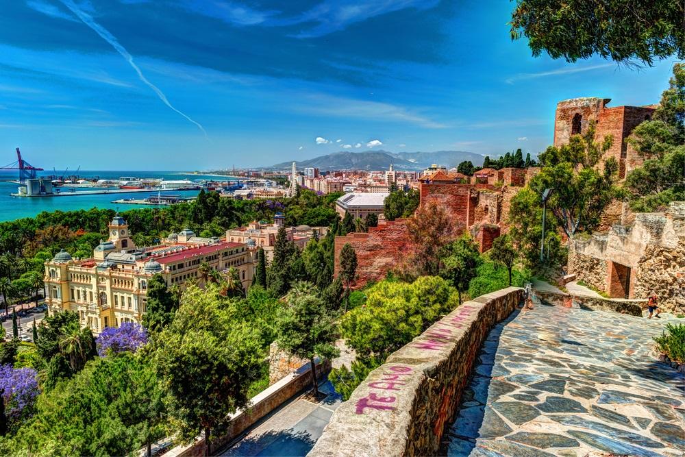 Luchtfoto van Malaga genomen van Gibralfaro kasteel inclusief haven van Malaga, Alcazaba kasteel en de kathedraal, Andalusië, Spanje.