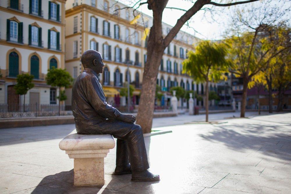 Standbeeld van de beroemde schilder Picasso in het centrum van Malaga.