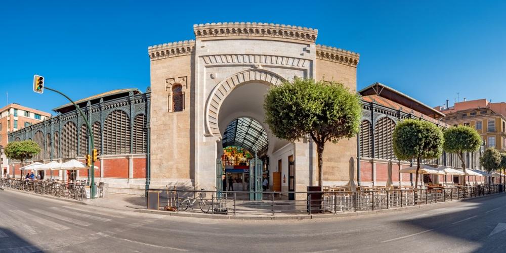 Panoramisch uitzicht op de Arabische marmeren boog, ingang van de Atarazanas-voedselmarkt in het historische centrum van de stad Malaga, Spanje .