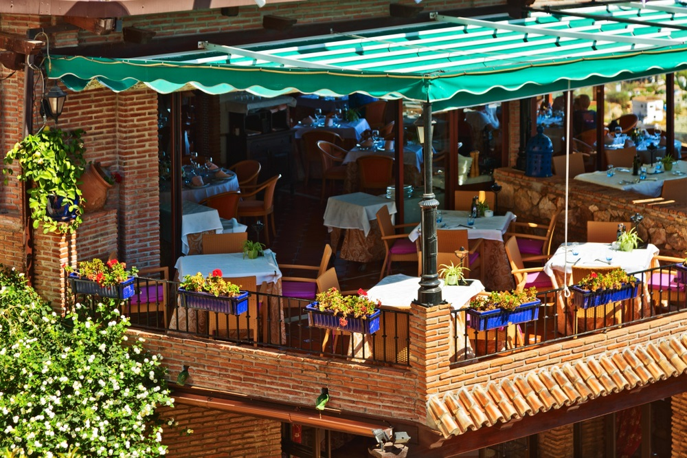 Restaurantterras op balkon in het pittoreske dorpje Mijas, Andalusië, Spanje.