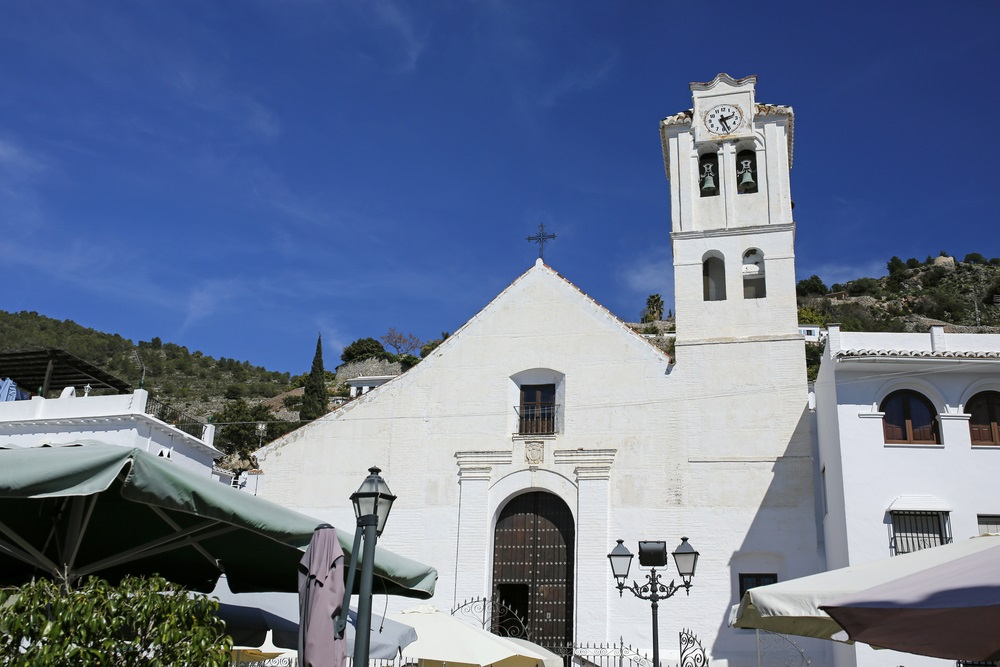 Iglesia el Salvador in Nerja, Spanje. Witgekalkte kerk.
