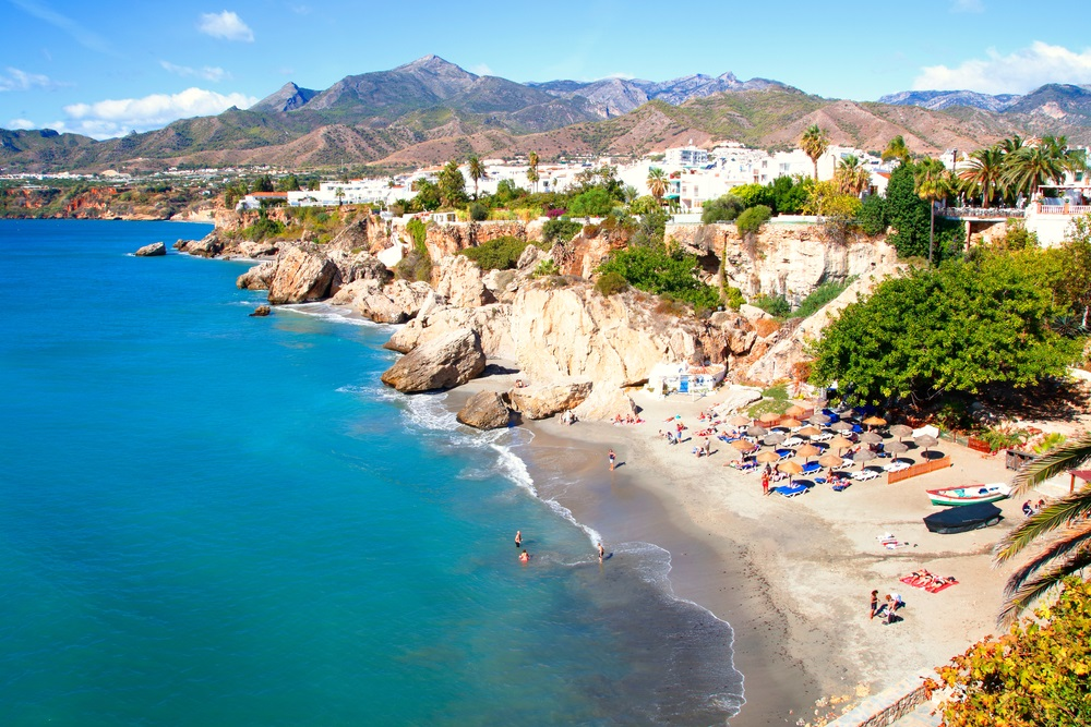 Foto van de stad Nerja, Málaga, een van de witte dorpen van Andalusië, Spanje, Calahonda strand, fotografie vanaf het balkon van Europa, Middellandse Zee.