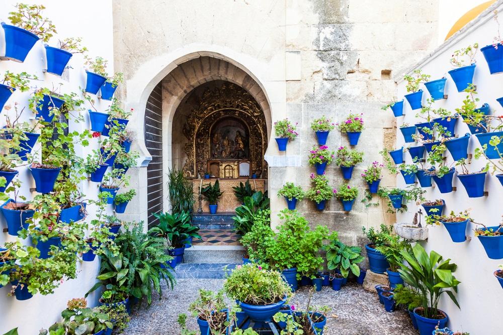 Cordoba, regio Andalusië, Spanje. Kleurrijke patio.