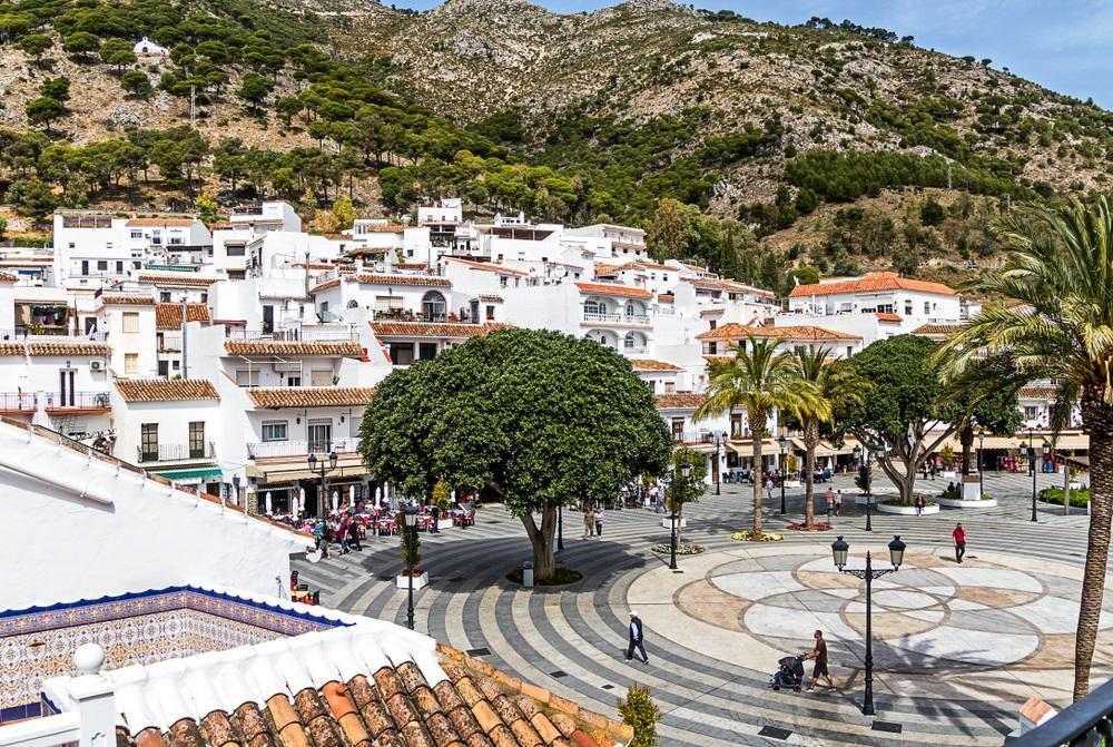 De Plaza de la Constitución, het centrale plein in Mijas, Andalusië, Spanje.