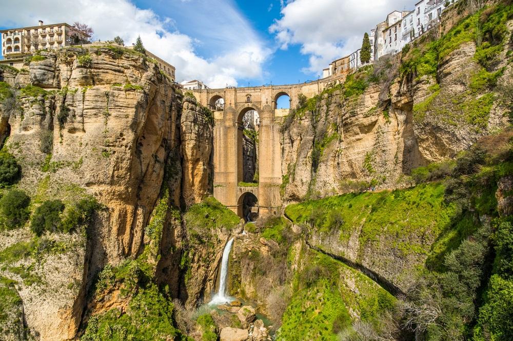 """De Puente Nuevo (""""Nieuwe Brug"""") overspannen de 120 meter diepe kloof die de GuadalevaÂn rivier voert en verdeelt de stad Ronda, de El Tajo kloof. Ronda, Provence van Malaga, Andalusië, Zuid-Spanje."""