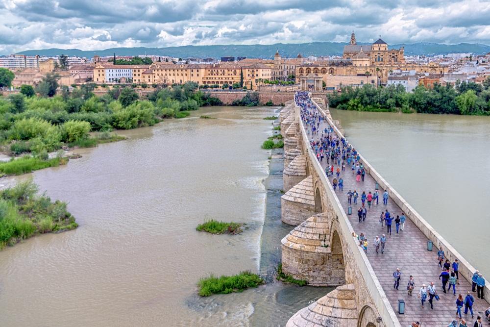 Uitzicht op de Romeinse brug (Puente Romano), de Umayyad-moskee (Mezquita-kathedraal), de rivier de Guadalquivir en de oude stad van Cordoba. Uitzicht vanaf de top van de Calahorra-toren. Cordoba, Spanje.