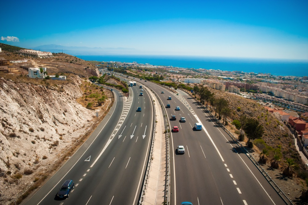 Spanje Benalmádena Costa Del Sol AP7 snelweg zichtbaar vanaf teleferico / kabelbaan met zee en bergen op de achtergrond.